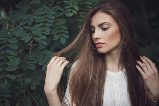 Mulher querendo recuperar cabelo danificado