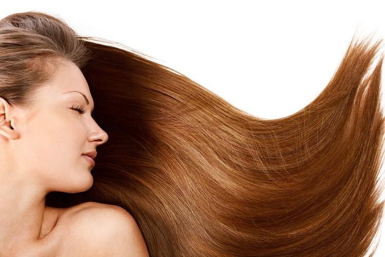 Mulher sem problema de queratina para cabelo