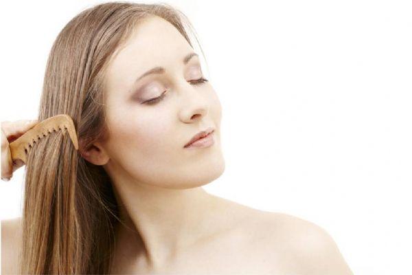 Mulher com sintomas de necessidade de implante capilar feminino