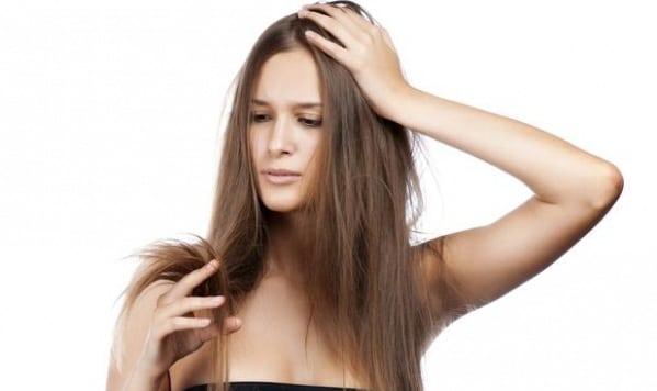 Mulher que precisa tratar problemas de ponta dupla no cabelo