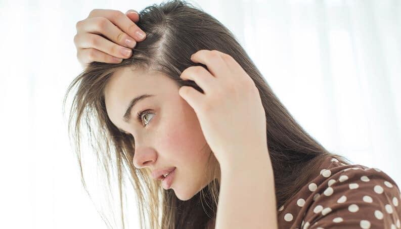 Mulher procurando sobre estrutura do fio do cabelo tricologia