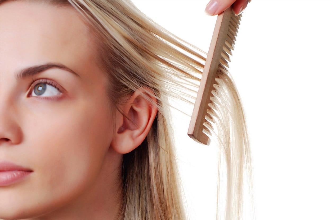 Mulher com dúvidas sobre estrutura do fio do cabelo tricologia